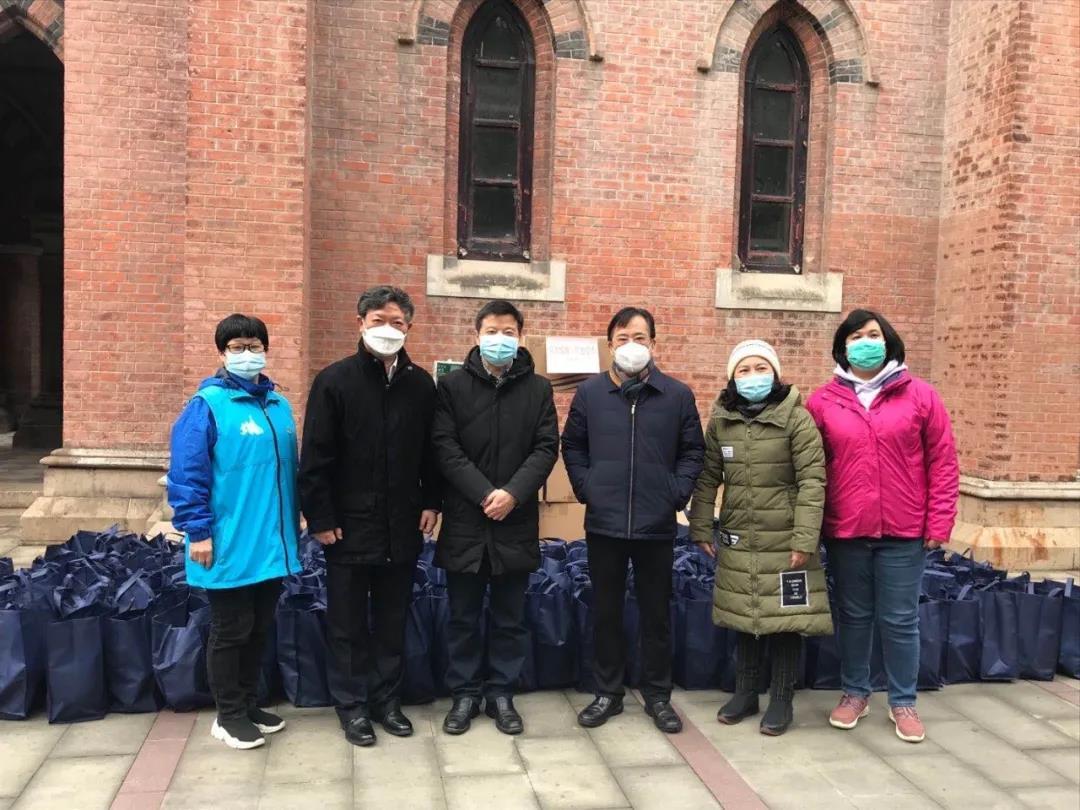 众志成城,抗击疫情--基督教全国两会慰问上海外滩街道志愿者