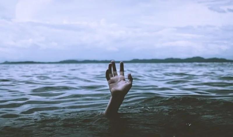 他从高天伸手抓住我,把我从大水中拉上来!♫