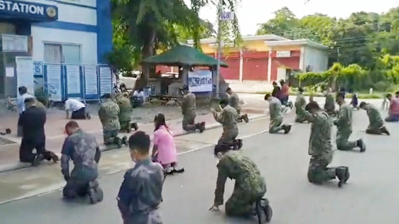 菲律宾警官于警察局门口聚集 为国家新冠疫情严峻跪地祷告..